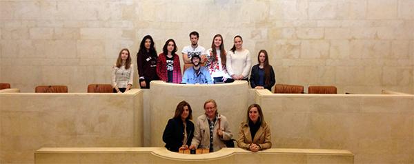 Estudiantes del grado en Traducción e Interpretación visitaron el Parlamento de Cantabria con especial atención a la biblioteca