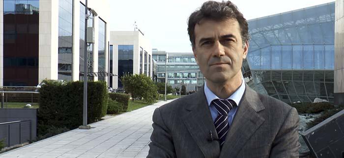 El profesor Yves Díaz de Villegas explica las funciones del Centro Empresa Universidad y remarca la importancia de las prácticas