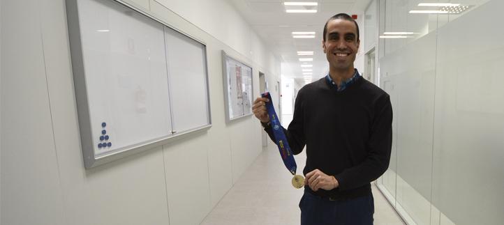 El profesor Antonio Bores vuelve del Campeonato de Europa de fútbol sala con la medalla de oro al cuello