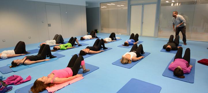 Quince profesores y estudiantes tomaron contacto con el Pilates en una sesión organizada por el Servicio de Deportes