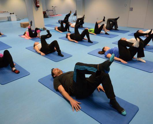Alumnos y profesores practicando pilates