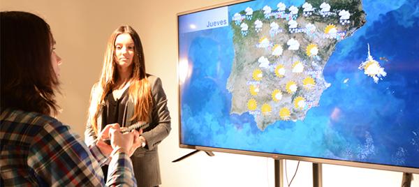 Alumnos de UNEATLANTICO presentan su primer telediario en el set virtual del campus