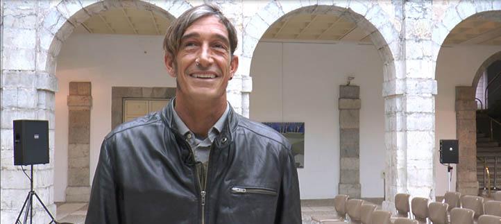 El profesor Víctor Cuerno expone una quincena de cuadros en el Parlamento de Cantabria