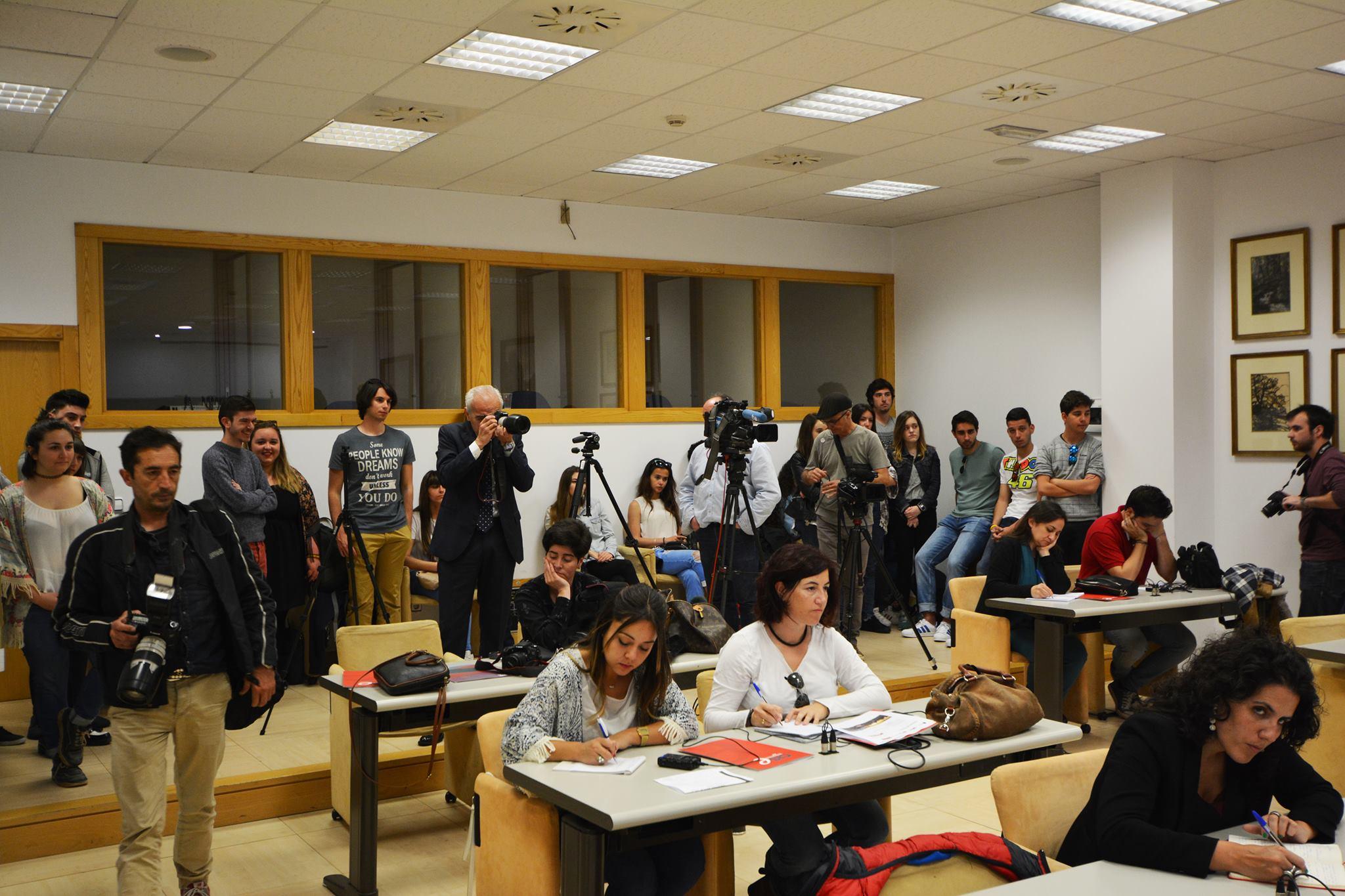 Estudiantes de Comunicación de la Universidad Europea del Atlántico en la sala de prensa del Gobierno de Cantabria.