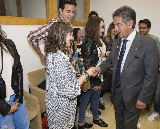 Alumnos de la Universidad Europea del Atlántico junto a Revilla