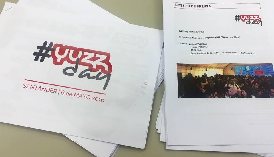 Mª Cruz Cagigas Portilla y Sergio Sánchez Ayesa, uncionarios periodistas del Gabinete de Prensa Multimedia explican el funcionamento del mismo.