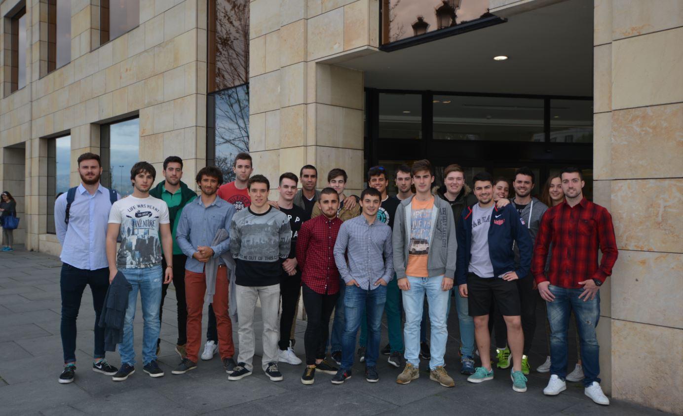 Estudiantes de la Universidad Europea del Atlántico minutos antes de la conferencia de Josef Ajram