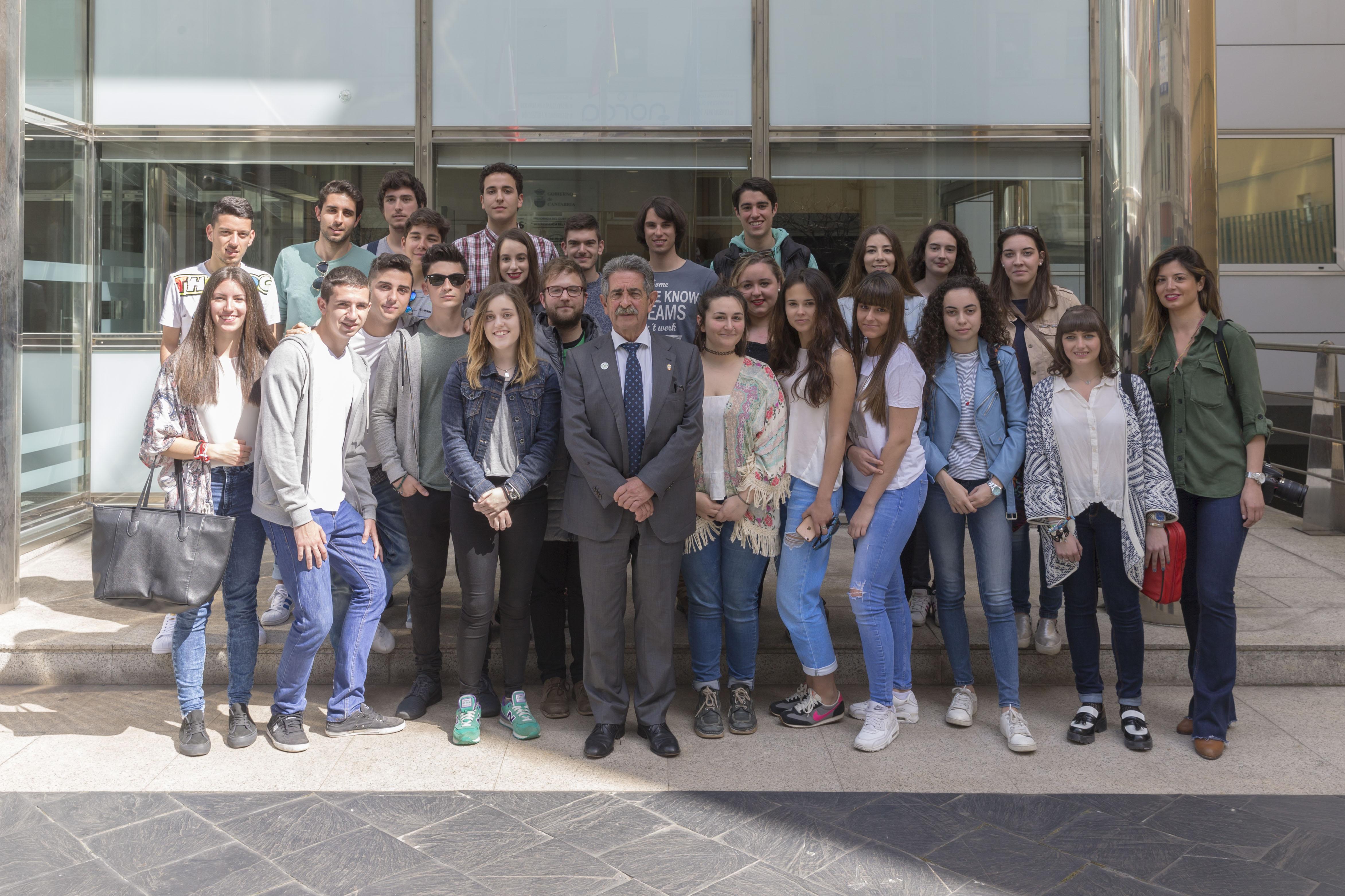 Foto de familia de los alumnos de la Universidad Europea del Atlántico junto al Presidente Miguel Ángel Revilla.
