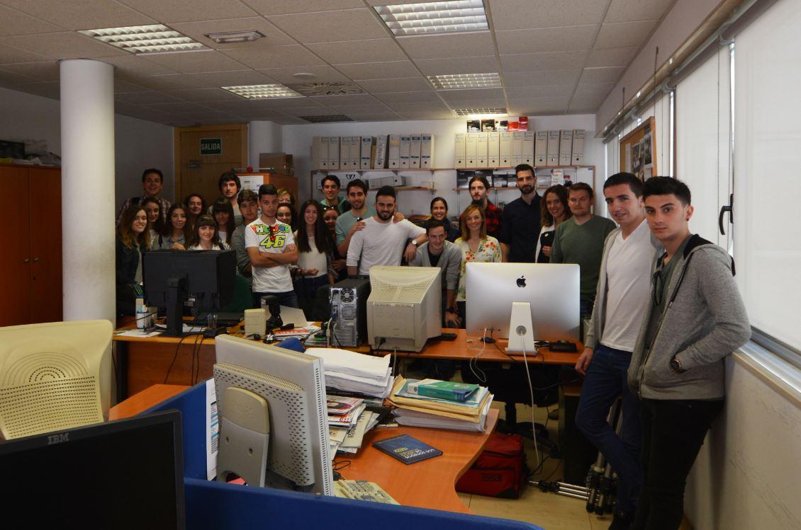 Imagen de los alumnos juntos a los ditintos profesionales del Gabinete de Prensa Multimedia del Gobierno de Cantabria.