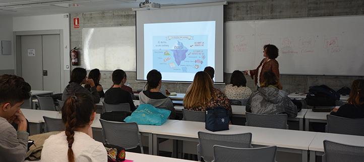 La profesora Ana de Diego reflexiona con los estudiantes sobre el significado del éxito