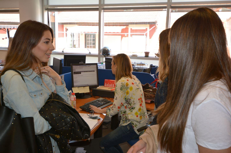Estudiantes observan el proceso de envío de la información en el Gabinete de Prensa Multimedia.