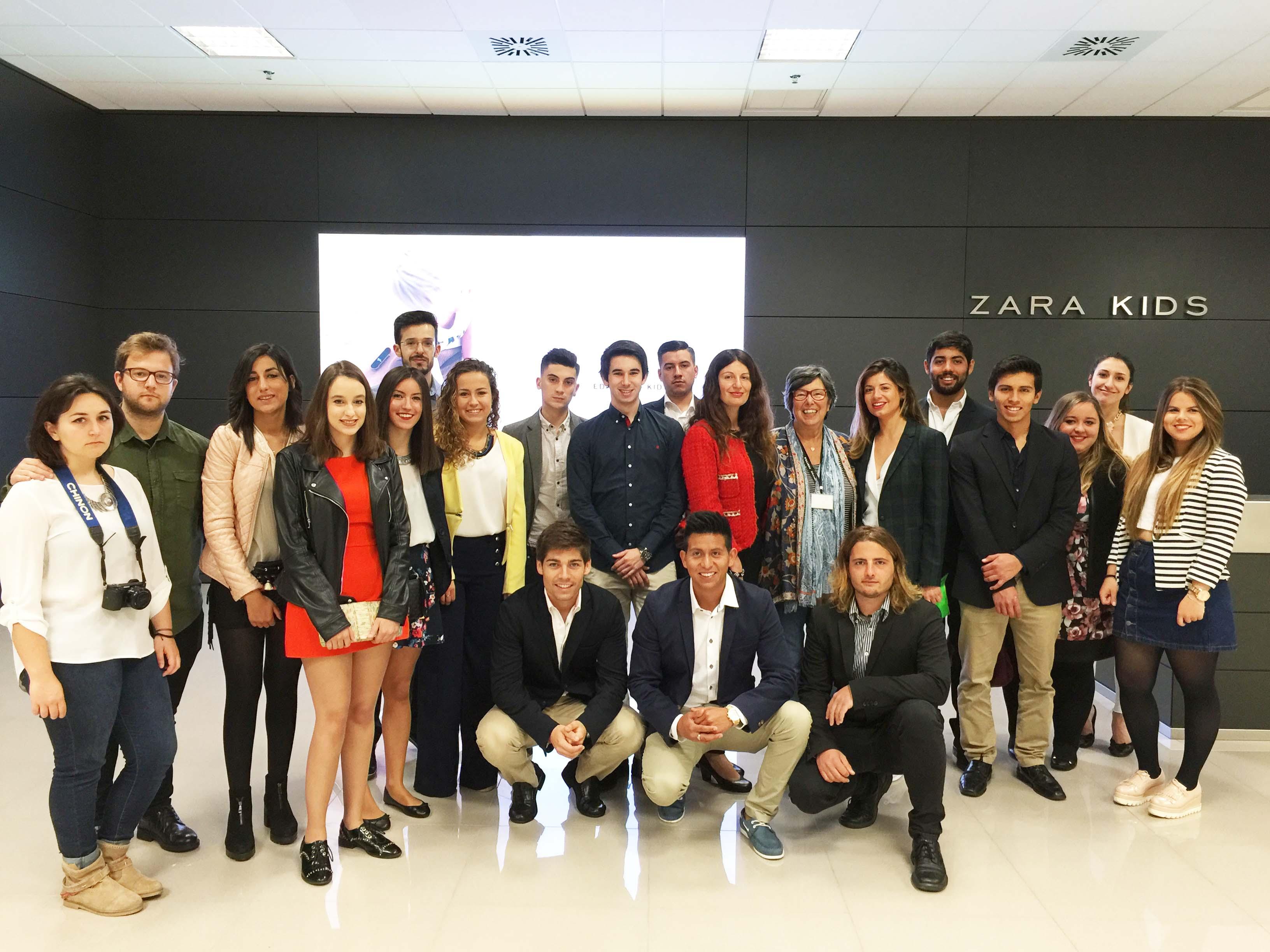 Alumnos y profesoras de la Universidad Europea del Atlántico junto la responsable de Comunicación y Relaciones Institucionales de INDITEX.