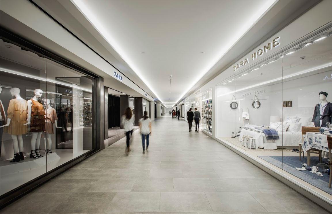 Pasilllo de tiendas piloto de Inditex dentro de la sede central de la compañía textil.