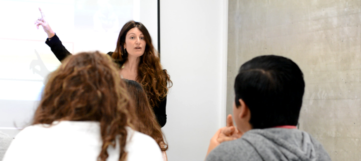La doctora Silvia Aparicio te explica las líneas maestras del grado en Administración y Dirección de Empresas