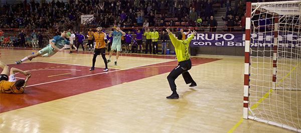 El Balonmano Torrelavega dejó escapar un punto en un final agónico ante el FC Barcelona B Lassa