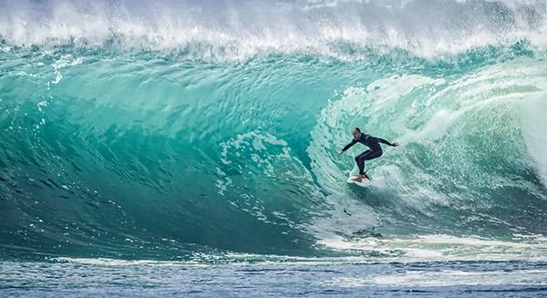 El Servicio de Deportes de UNEATLANTICO organiza este sábado un bautismo de surf en la playa de Somo