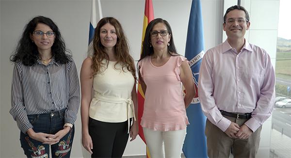Directora de Admisiones en FUNIBER Panamá vista el campus de UNEATLANTICO