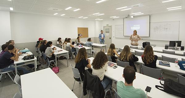La directora de Cope en Cantabria comparte su experiencia profesional con un grupo de alumnos de UNEATLANTICO