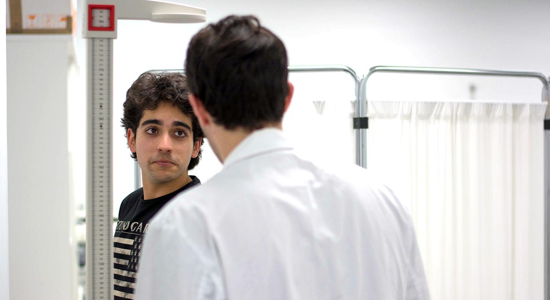 Actores del grupo de teatro de UNEATLANTICO adoptan el papel de pacientes en una clase práctica del grado en Nutrición