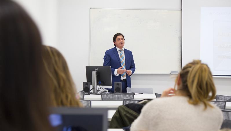 Julio Cabrero comparte su experiencia con los alumnos de 'Ética y Deontología de la Comunicación'