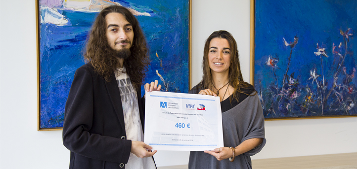 El grupo de teatro de UNEATLANTICO entrega el dinero recaudado con la representación de 'Fuenteovejuna' a la ONG AYMY