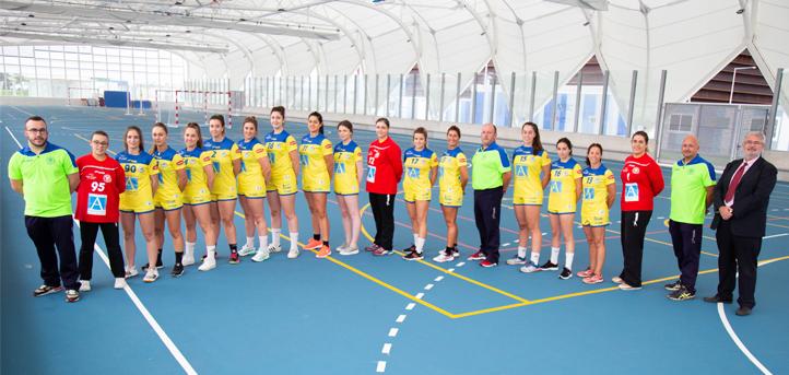 UNEATLANTICO y las deportistas del Club Balonmano Pereda renuevan su foto de familia en el inicio de temporada