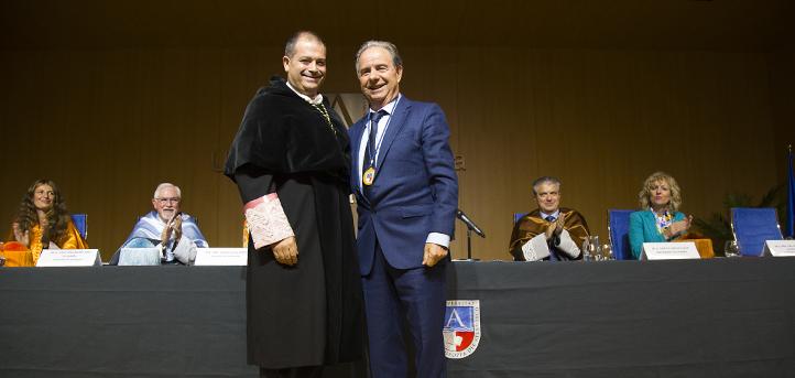 El empresario cántabro Serafín Gómez Pérez recibe la primera medalla honorífica que otorga la Universidad Europea del Atlántico
