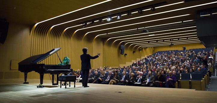 """El pianista José Luis Nieto emocionó con la """"Suite Iberia"""" en el gran estreno del salón de actos de la universidad"""