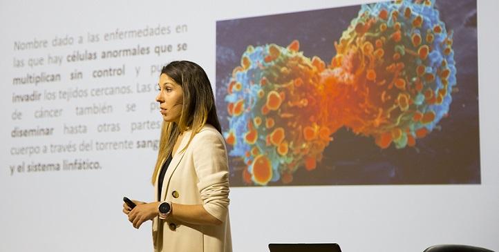 La doctora Soraya Casla explica que planificar el ejercicio físico oncológico supone todo un proceso de reeducación