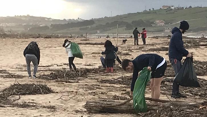 Un grupo de profesores, personal administrativo y alumnos de UNEATLANTICO se sumó a la iniciativa para limpiar la playa de Liencres