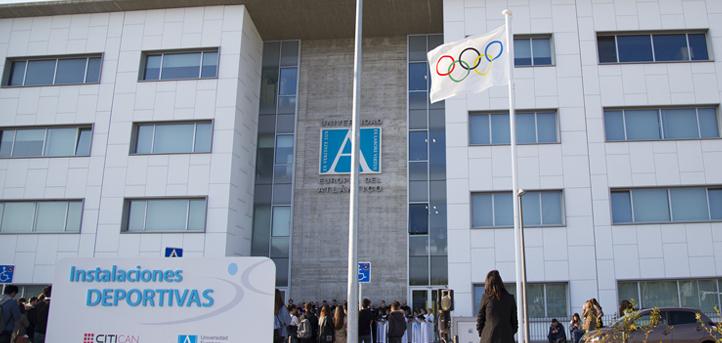 La Academia Olímpica Española inició su sesión oficial con la inauguración de una exposición y el izado de la bandera