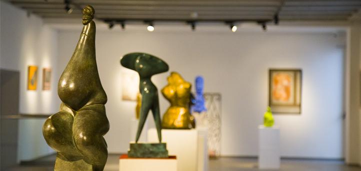 """UNEATLANTICO inauguró la exposición """"Siempre mujer"""", con cuadros y esculturas de la artista cántabra Mercedes R. Elvira"""