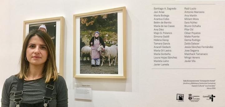 """La profesora Helena Garay presenta un trabajo en la exposición fotográfica """"Con las manos en la masa"""", que puede verse en la Biblioteca Central"""