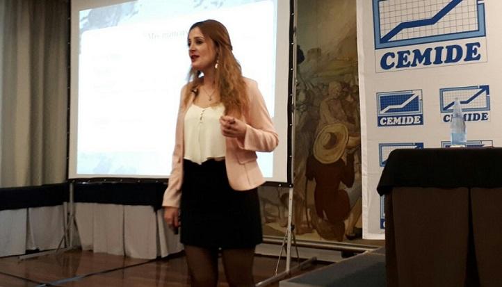 La profesora Marta Vega impartió una conferencia sobre aceptación y compromiso en el trabajo, invitada por CEMIDE