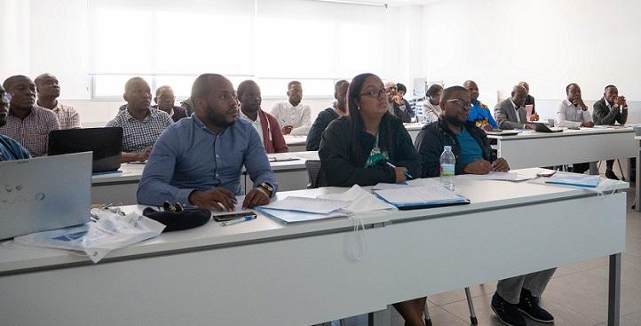 Un grupo de estudiantes de posgrado angoleños visitó el campus, participó en un seminario de investigación y defendió sus TFM