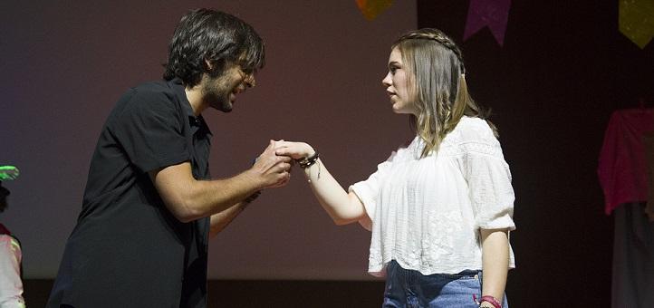 """El grupo La Caja de Pandora estrenó en el salón de actos una versión atrevida y muy entretenida del clásico """"Romeo y Julieta"""""""
