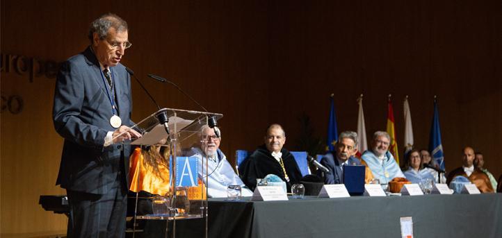 El periodista Manuel Ángel Castañeda recibe la medalla honorífica de UNEATLANTICO
