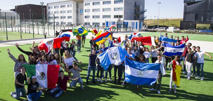 Banderas de todos los países para recibir a los alumnos internacionales de primer año