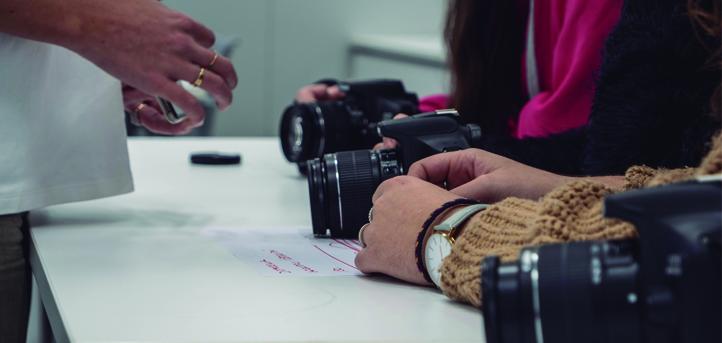 Helena Garay imparte un taller de iniciación a la fotografía en el campus