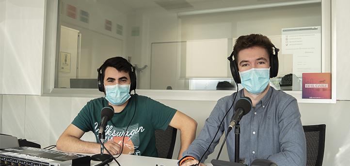 Cuatro en raya, el programa de humor que dirigen dos alumnos del grado en  Periodismo en la emisora  ARCO FM