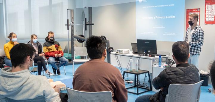 Adrián Rodríguez, graduado en la I promoción de UNEATLANTICO, colabora en las clases de Socorrismo Acuático y Primeros Auxilios del grado en CAFYD