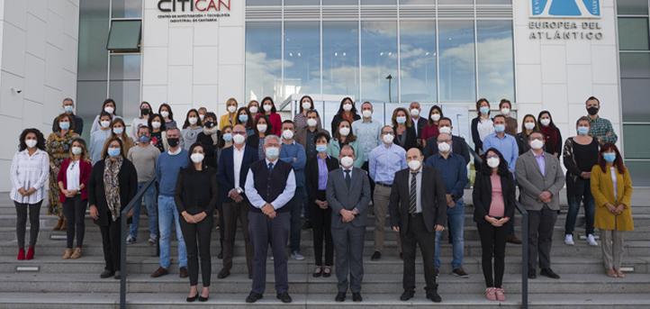 El personal de UNEATLANTICO posó para la fotografía del curso 2020-2021, que será recordada por el uso de mascarillas