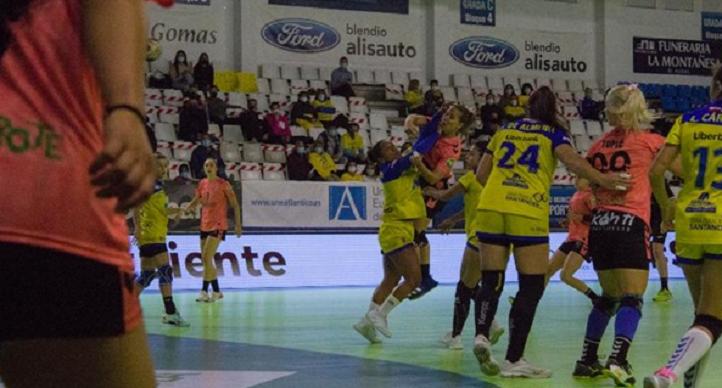 UNEATLANTICO Pereda consigue su primera victoria en la Liga Guerreras tras vencer al Lanzarote por 24-21 en La Albericia