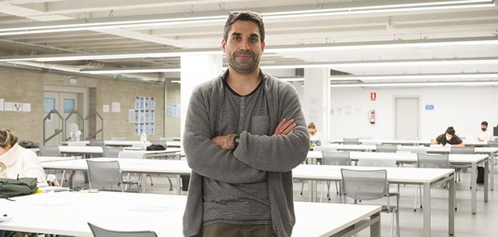 El doctor en Neurociencias, Jorge Valero, explica la dinámica de sus clases en la Facultad de Ciencias de la Salud