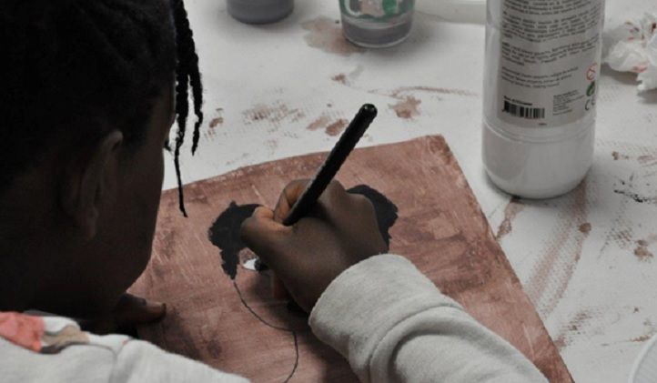 La educadora social Yolanda Gourgel ofrece un taller contra el racismo que se completará con un mural sobre el color de la piel