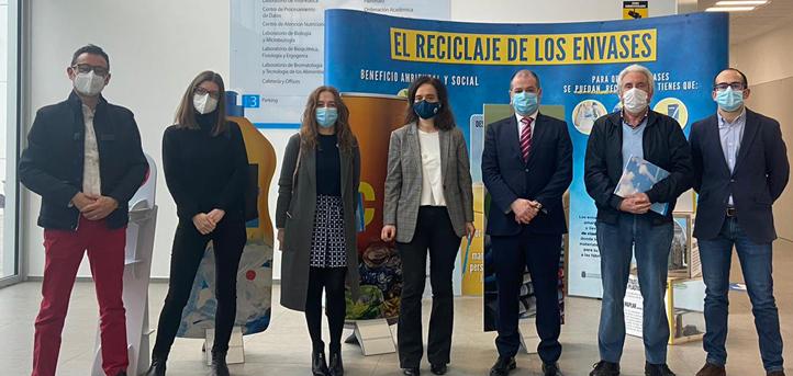 """La concejala de Medio Ambiente, Margarita Rojo, presidió la presentación en el campus de la muestra """"El reciclaje de los envases"""""""