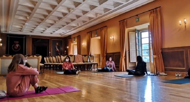 La doctora Marian González-García imparte formación en Mindfulness y autocuidado a los profesionales de la AECC de La Coruña