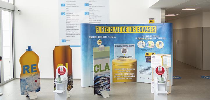 """UNEATLANTICO acoge la exposición «El reciclaje de los envases"""" para divulgar el proceso que siguen los recipientes de plástico"""