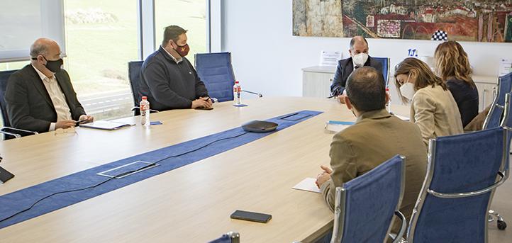 La directora de Turismo, Marta Barca, el director y consejero delegado de CANTUR, Bernardo Colsa y Fernando Pinta visitan UNEATLANTICO