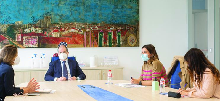 La concejala de Turismo, Miriam Díaz, visitó el campus junto a la gerente de Palacio de la Magdalena para estudiar vías de colaboración